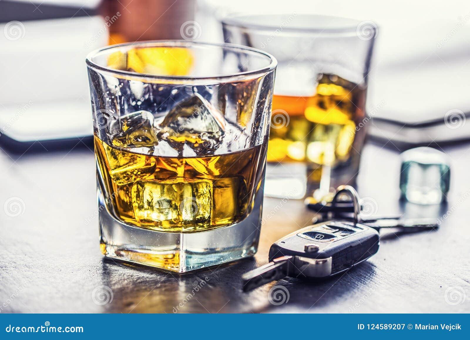 Autosleutels en glas van alcohol op lijst in bar of restaurant