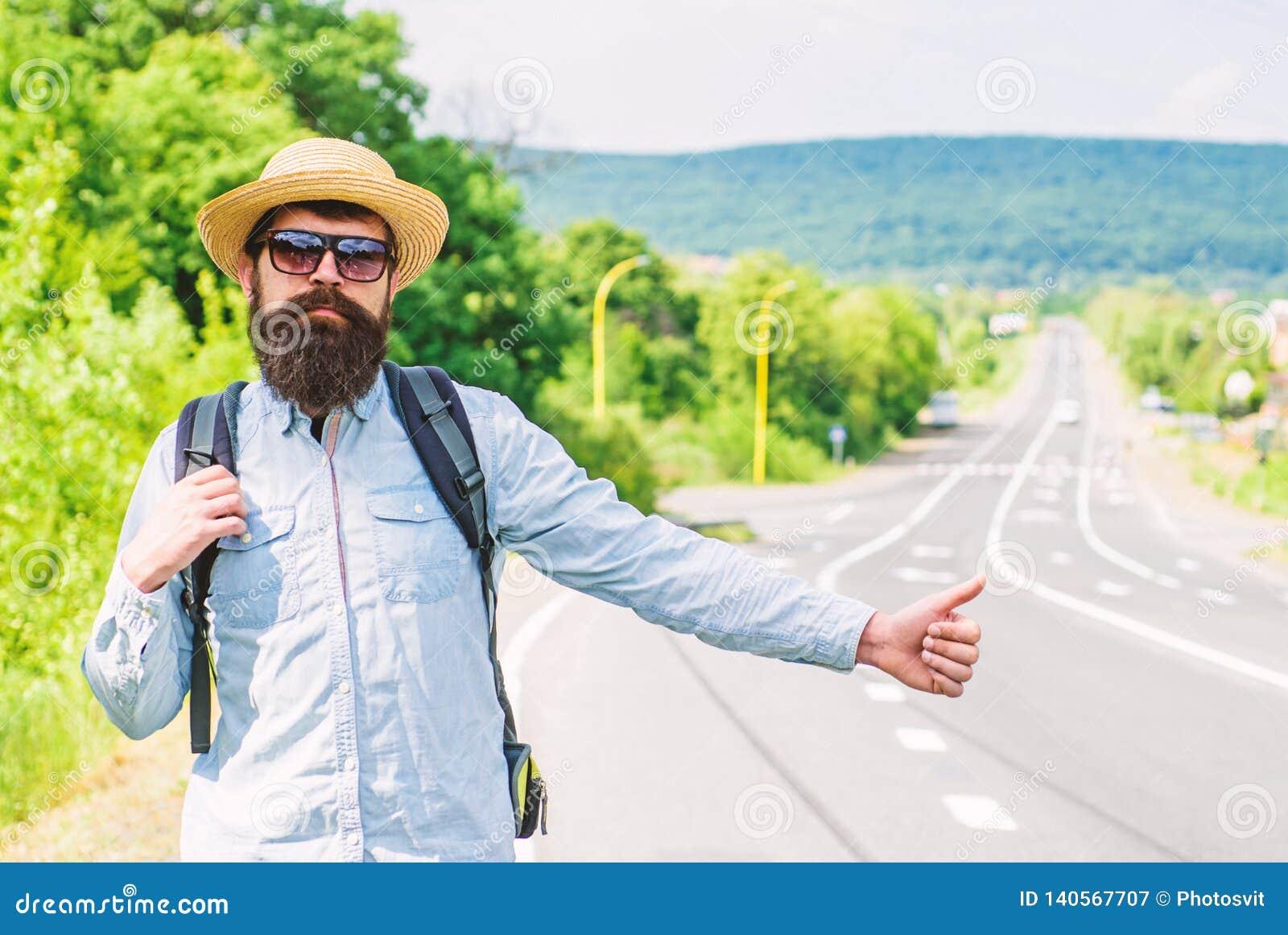 Autostopowicz z specjalnym gestem Mężczyzna próby przerwy samochodowy kciuk up Hitchhiking jeden tani sposobów podróżować Autosto