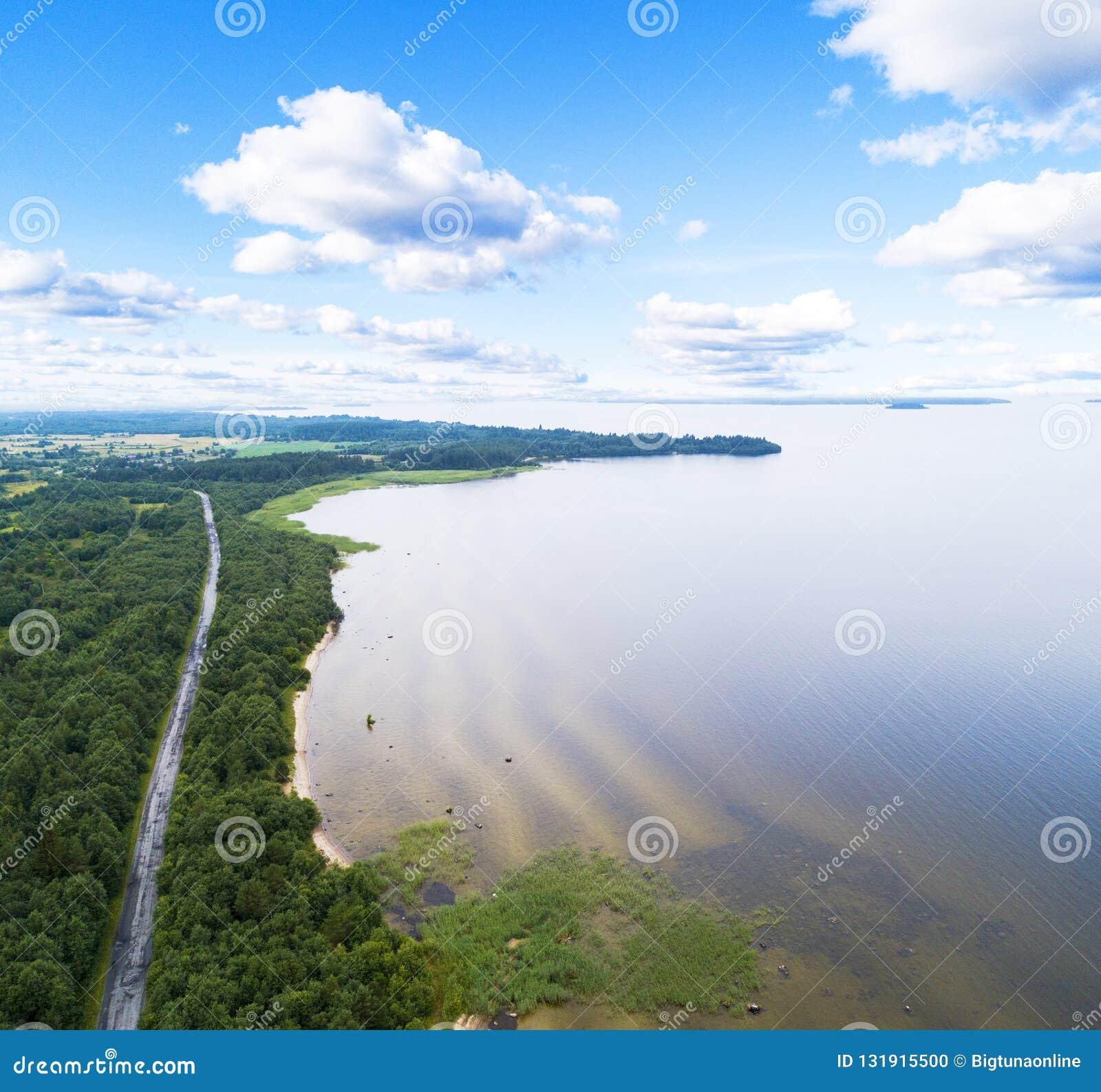 Autostrada na lotniczy Widok z lotu ptaka wiejska droga blisko jeziora Samochodowy omijanie obok Powietrzna droga Widok z lotu pt