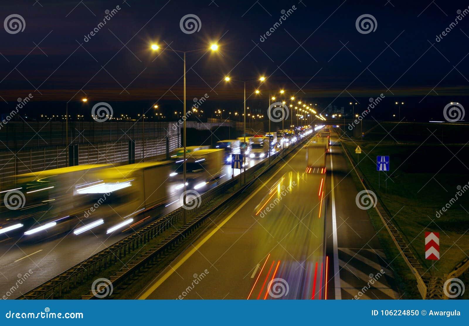 Autostrada ruch drogowy nocą