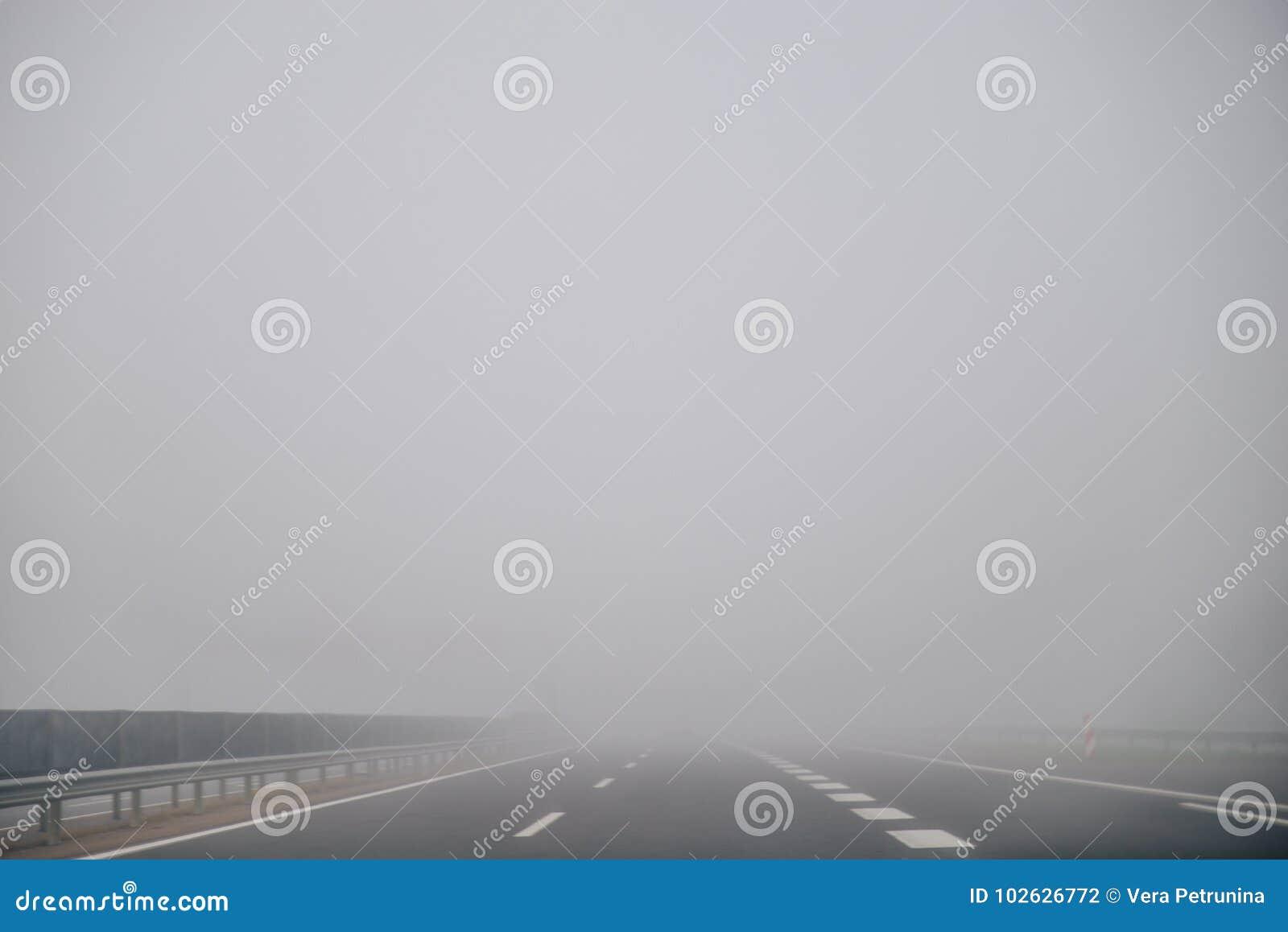 Autostrada w mgłowym czasie