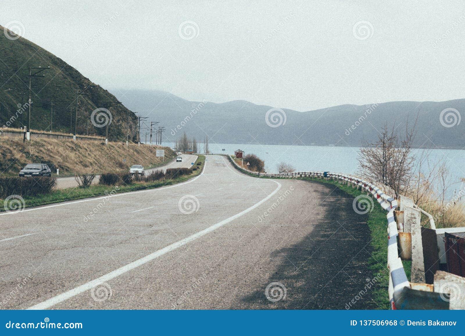 Autostrada z tłem jezioro i góry