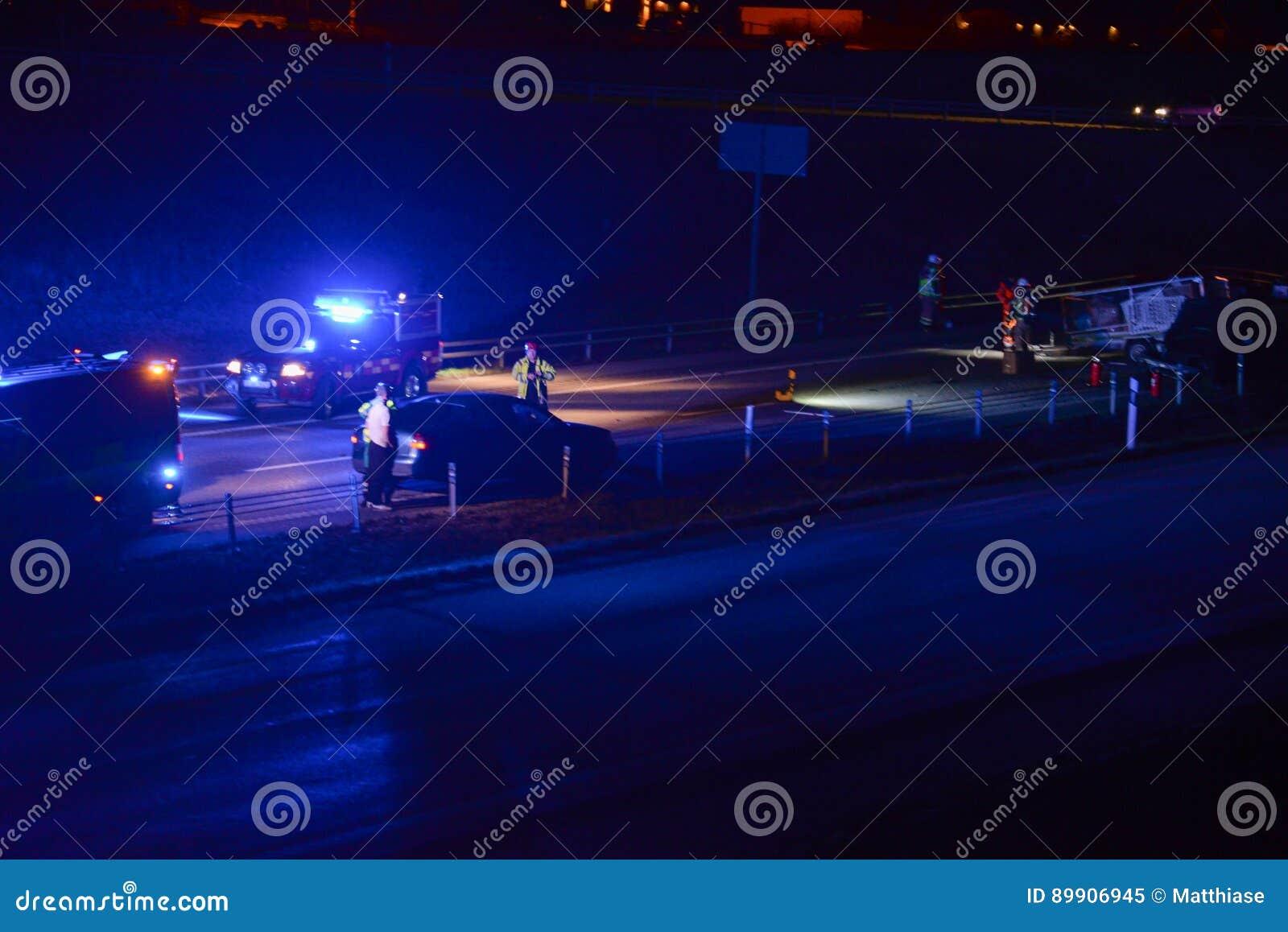 Autounfall Auf Straße Nachts Stockbild - Bild von autos, abend: 89906945