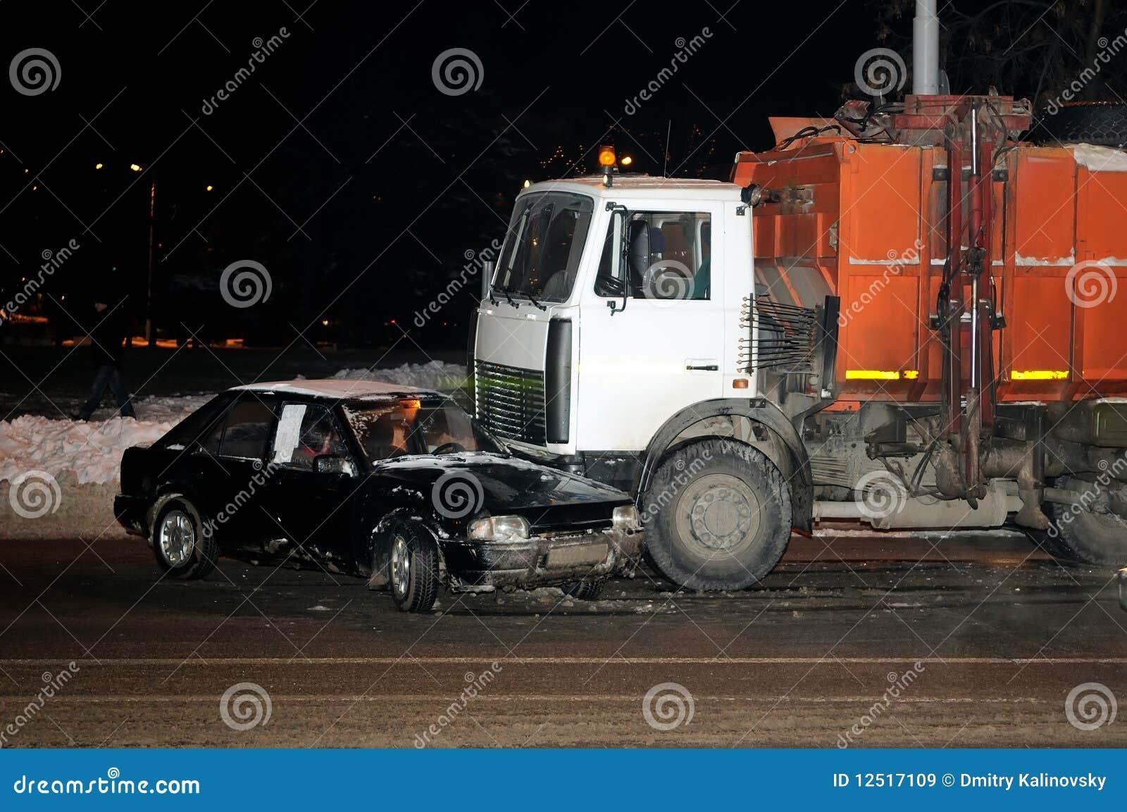 Autounfall im Winter stockbild. Bild von gebrochen, rettung - 12517109