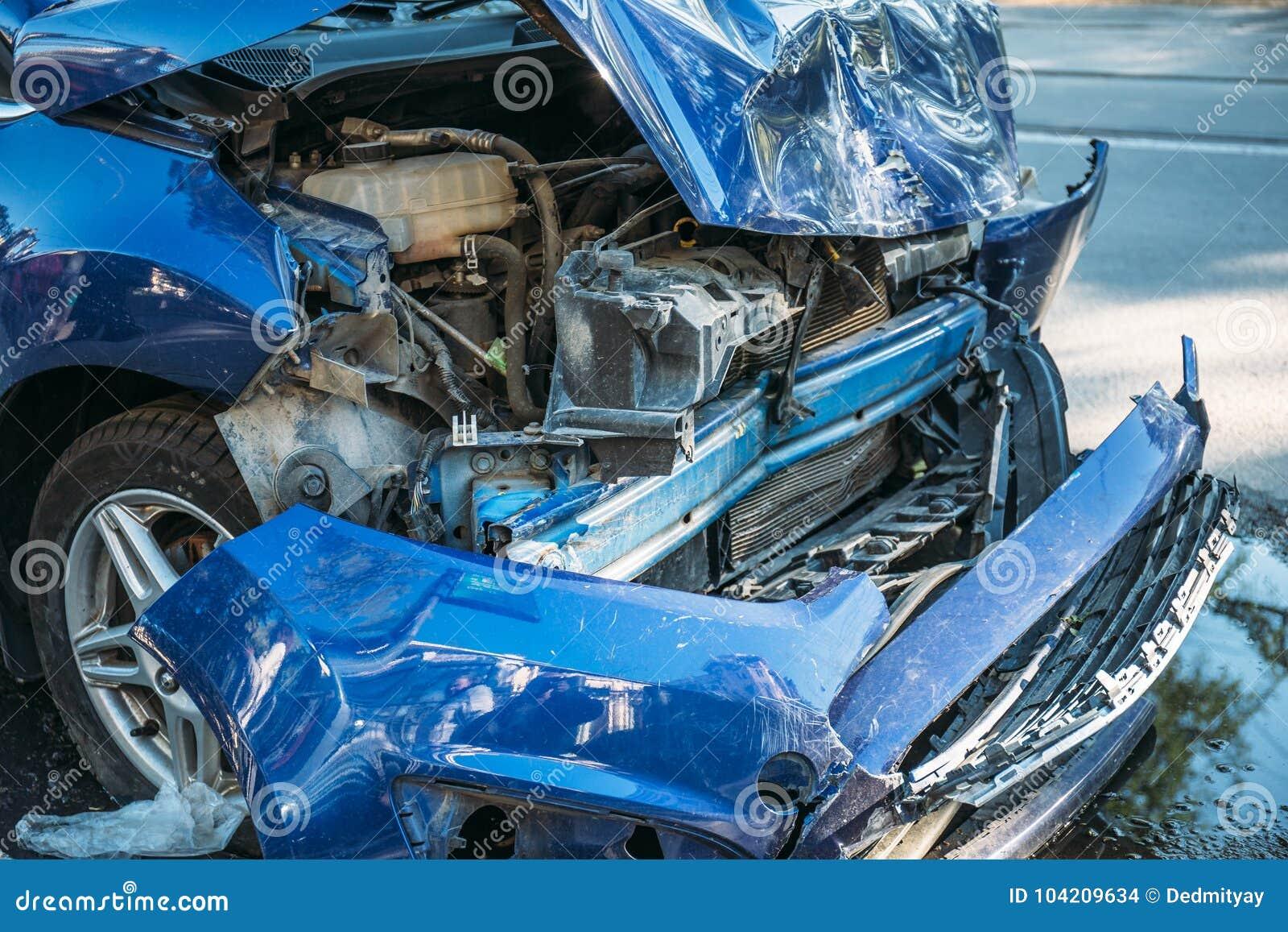 Autounfallunfall auf Stadtstraße, schädigendes Automobil, gebrochenes Fahrzeug gefährlich