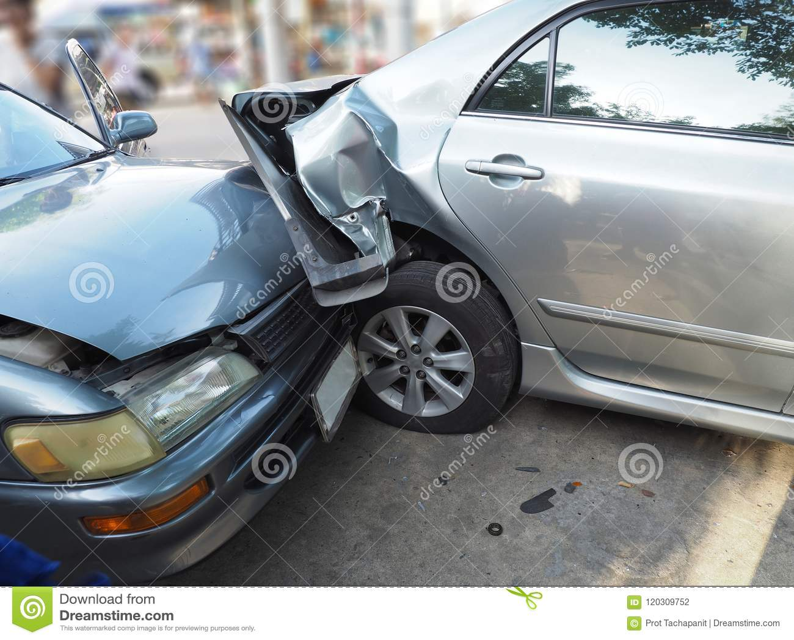 Autounfallunfall auf Straße mit Wrack und schädigenden Automobilen Unfall verursacht durch Nachlässigkeit und Mangel an Fähigkeit