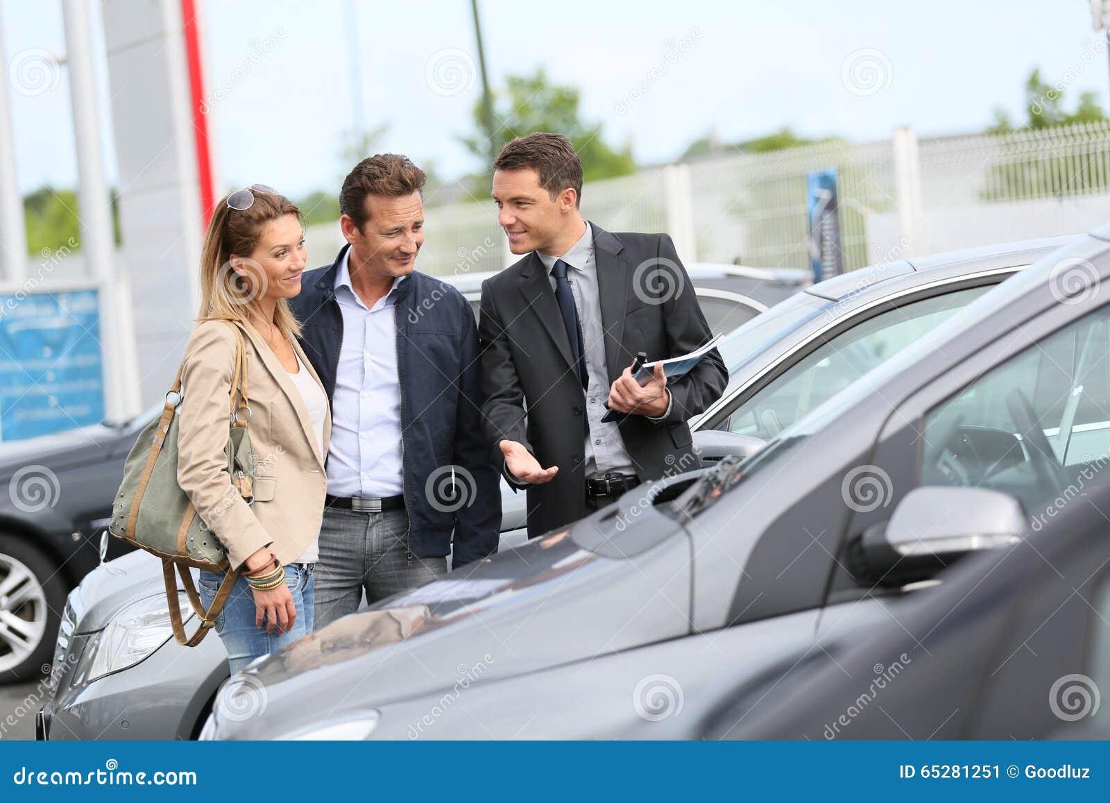 Autoverkoper die voertuigen tonen aan cliënten