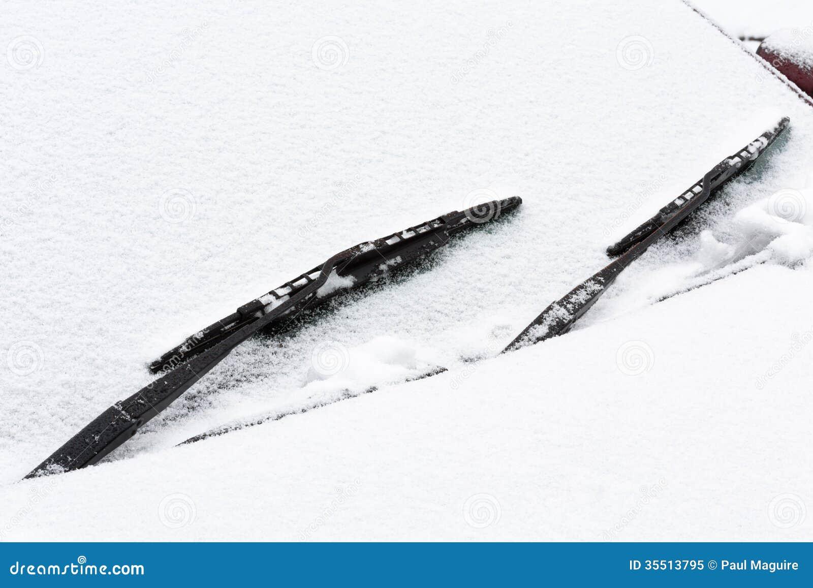 Autovoorruit die met sneeuw wordt behandeld
