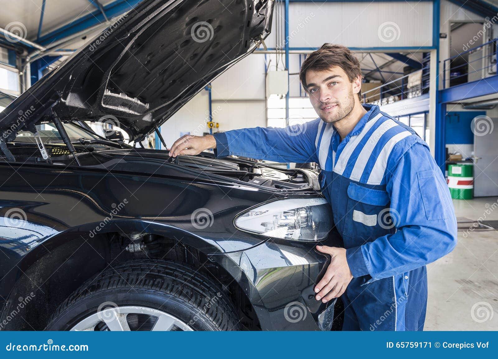Autowerktuigkundige onder de kap