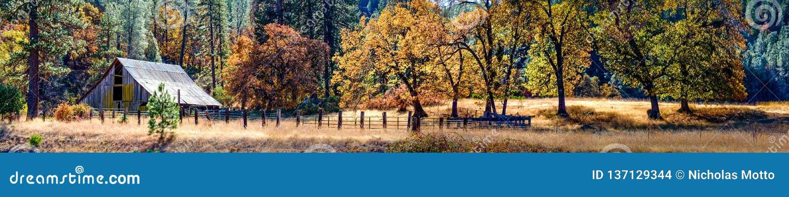 Autumn Barn e cor da queda