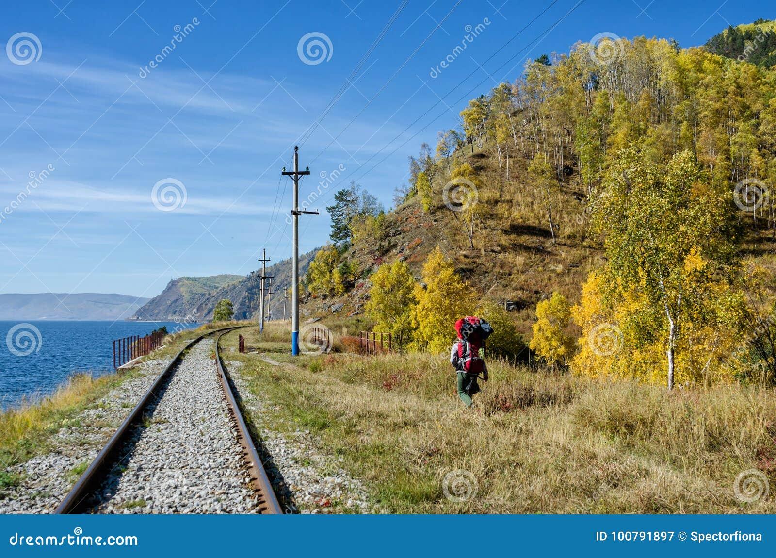 Autumn Circum-Baikal Railway auf dem Süd-Baikalsee mit Wanderern