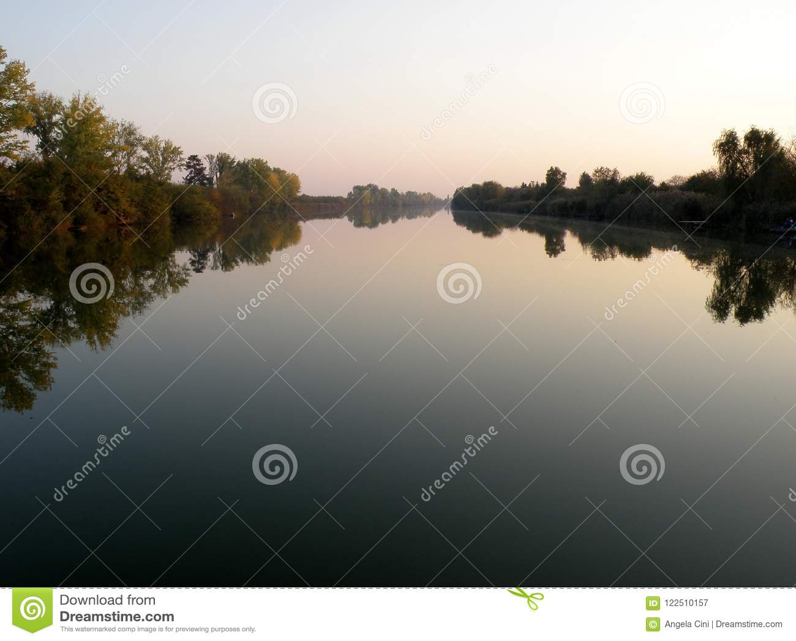 Autumn Colorful Trees Reflecting en rivière tranquille