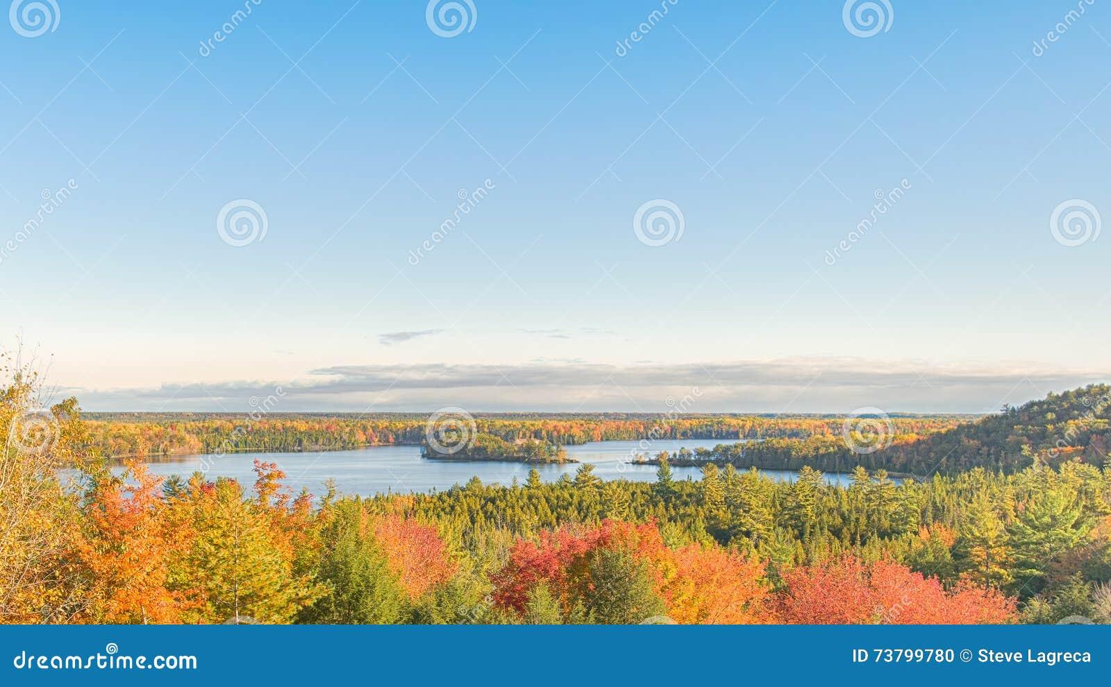 Autumn Colors, le mémorial de Canoer donnent sur, le chemin détourné scénique d AuSable, MI