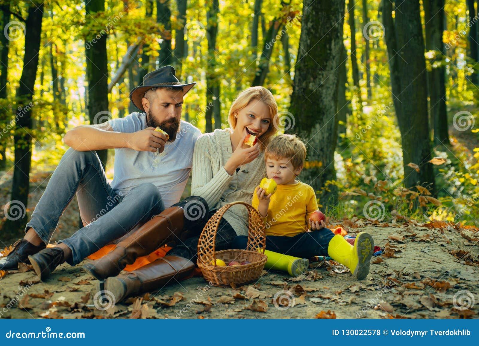 Autumn Family Camping no parque e na maçã comer Povos ativos e conceito de família feliz outdoors Acampamento do outono