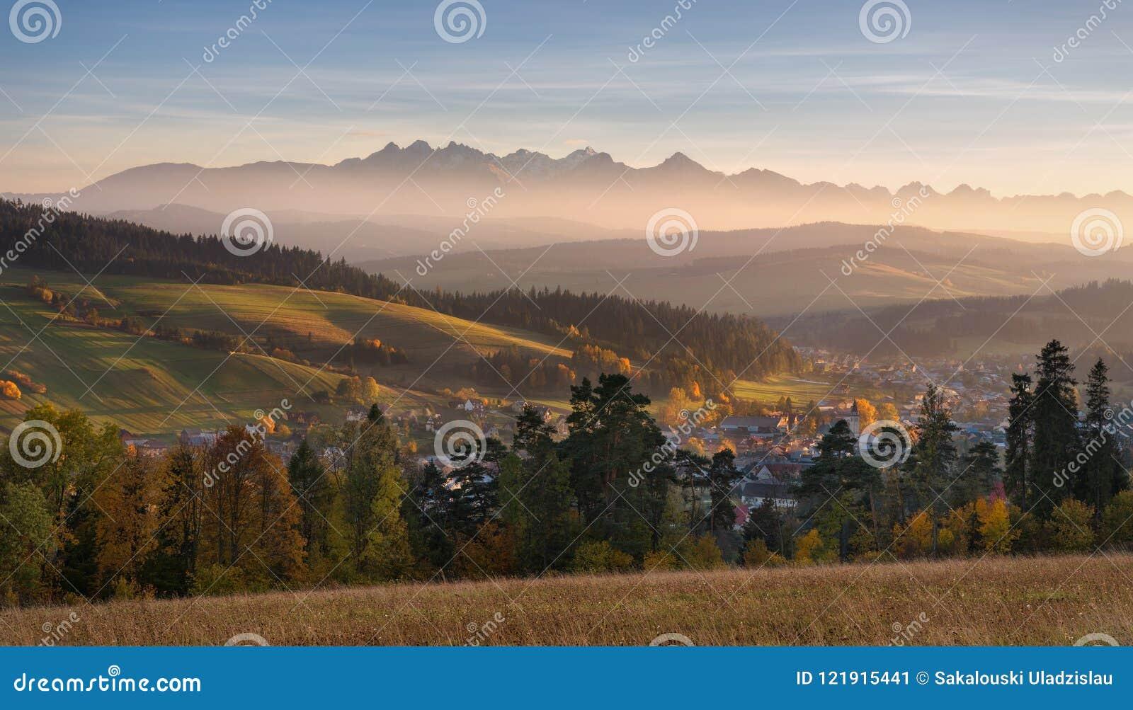 Autumn Landscape Of Poland Tatra-Berge Schöne Ansicht von hohem Tatras und von malerischem Sunny Valley Polnischer ländlicher Lan