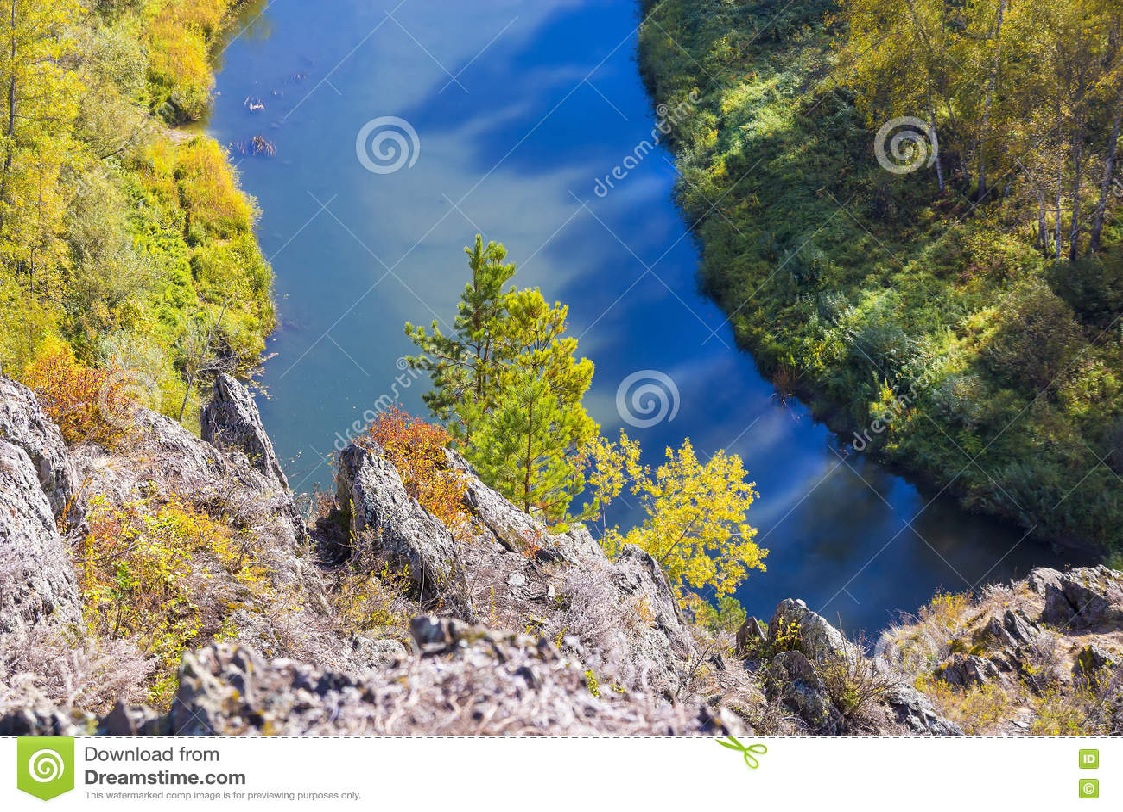 Autumn Landscape Vue de la BERD sibérienne de rivière, de la roche