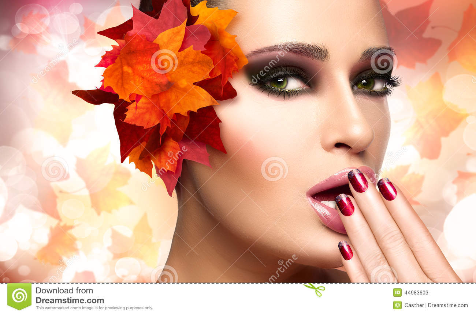 Autumn Makeup en Spijker Art Trend De Maniermeisje van de dalingsschoonheid