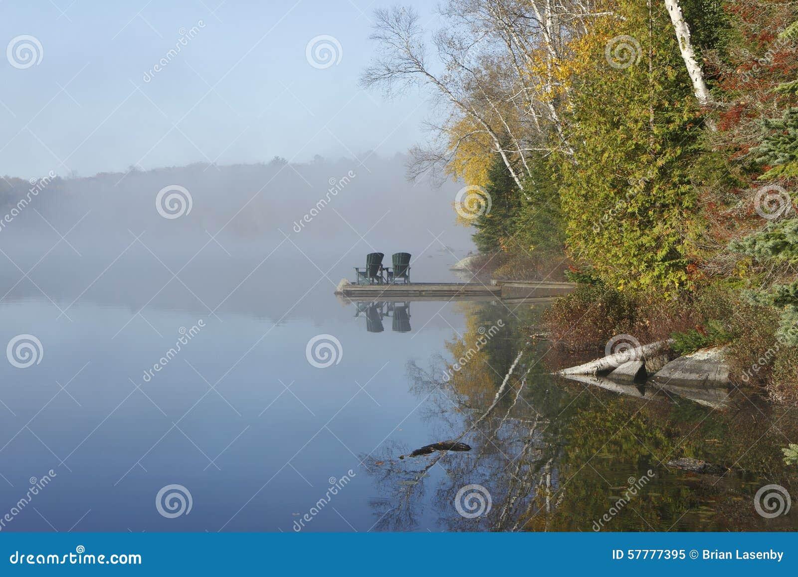 Autumn Shoreline en Dok op Misty Morning