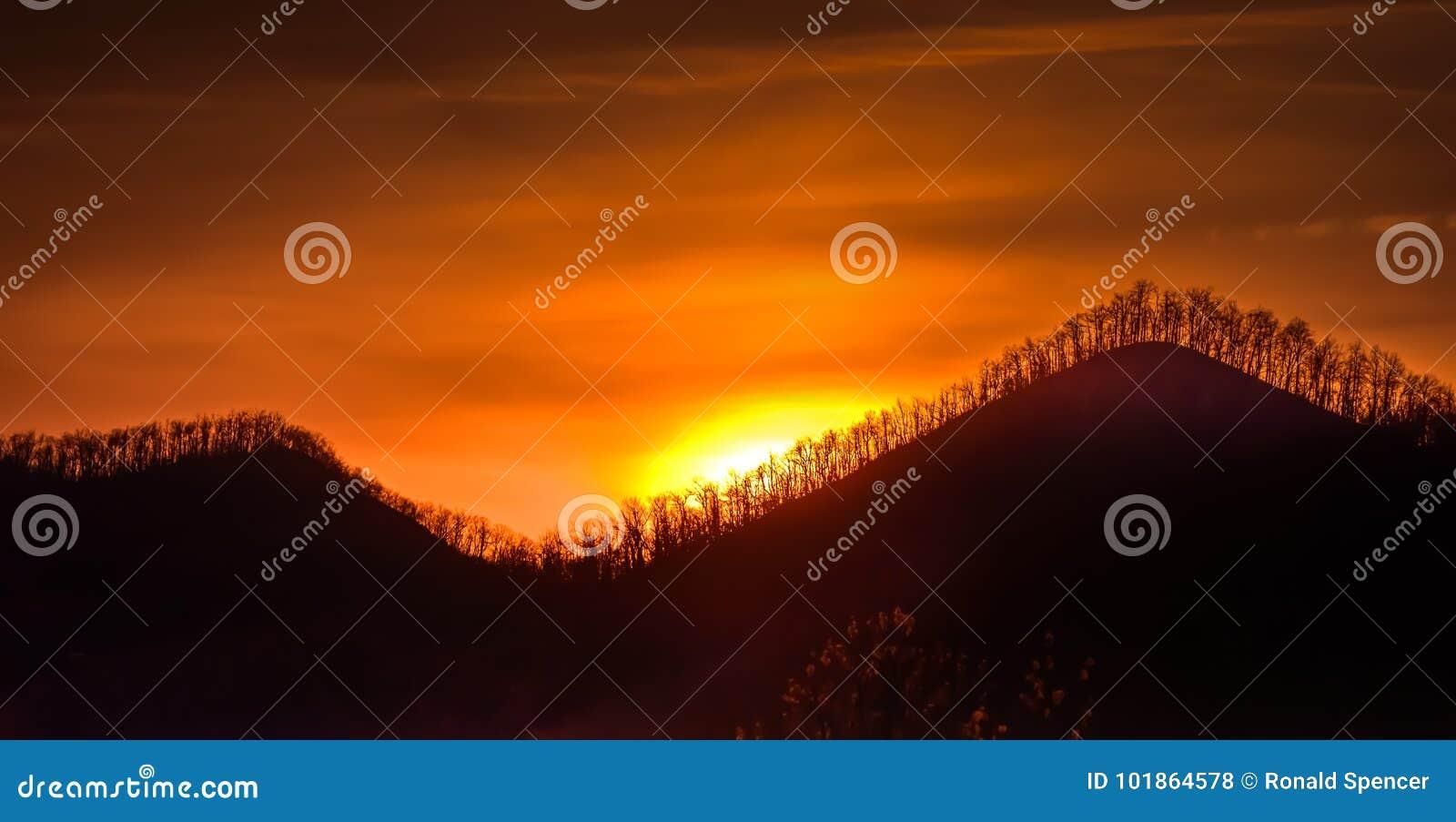 Autumn Sunrise Along Ridge Parkway azul em North Carolina