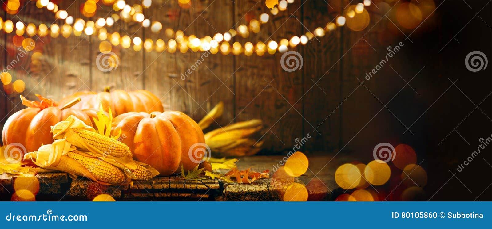 Autumn Thanksgiving pumpor över träbakgrund
