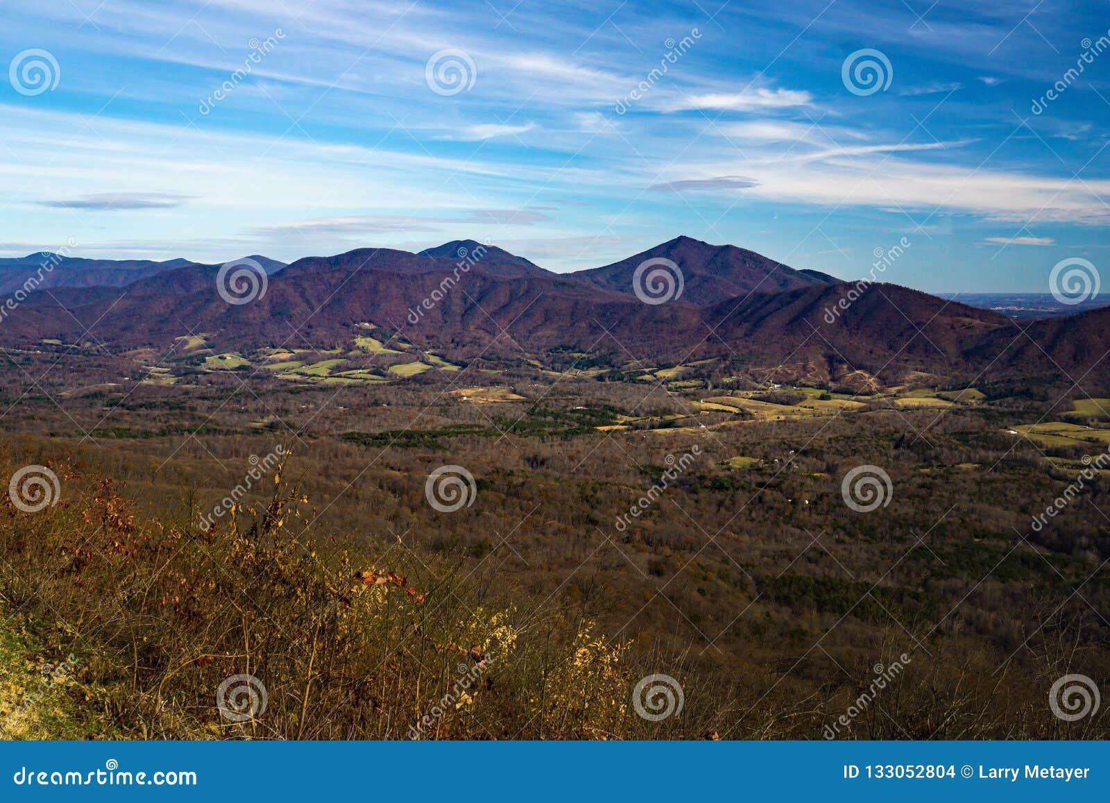 Autumn View atrasado dos picos do vale da angra da lontra e do ganso