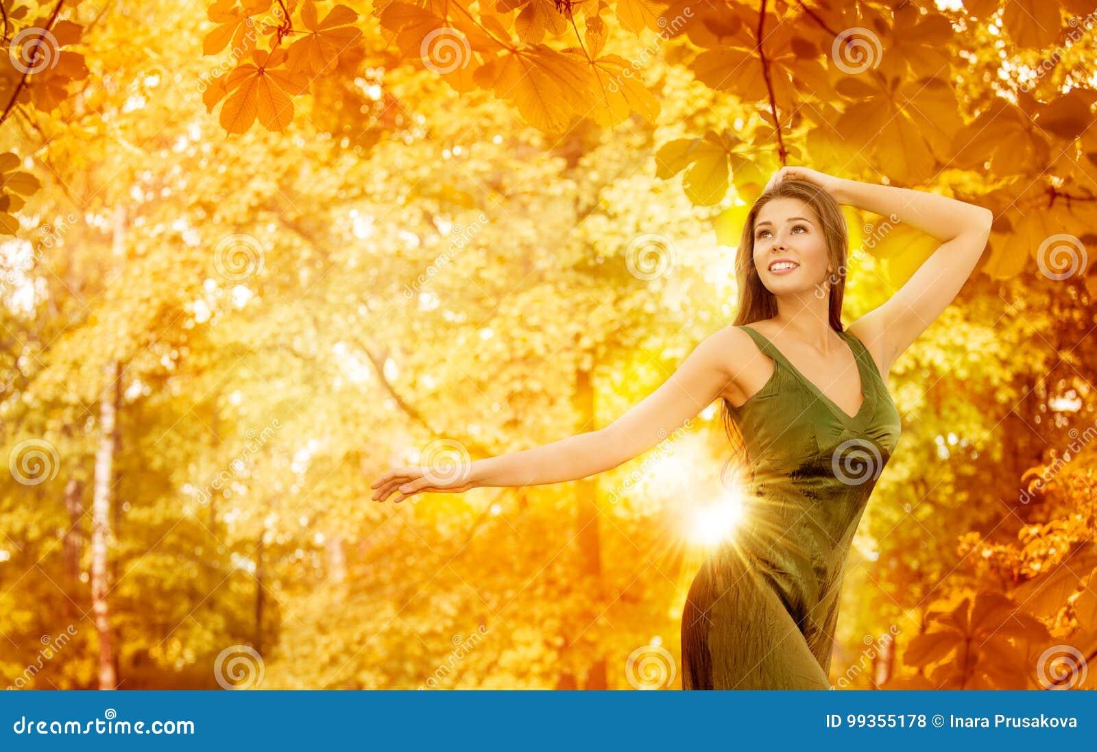 Autumn Woman, mannequin heureux Yellow Forest, feuilles d automne de fille