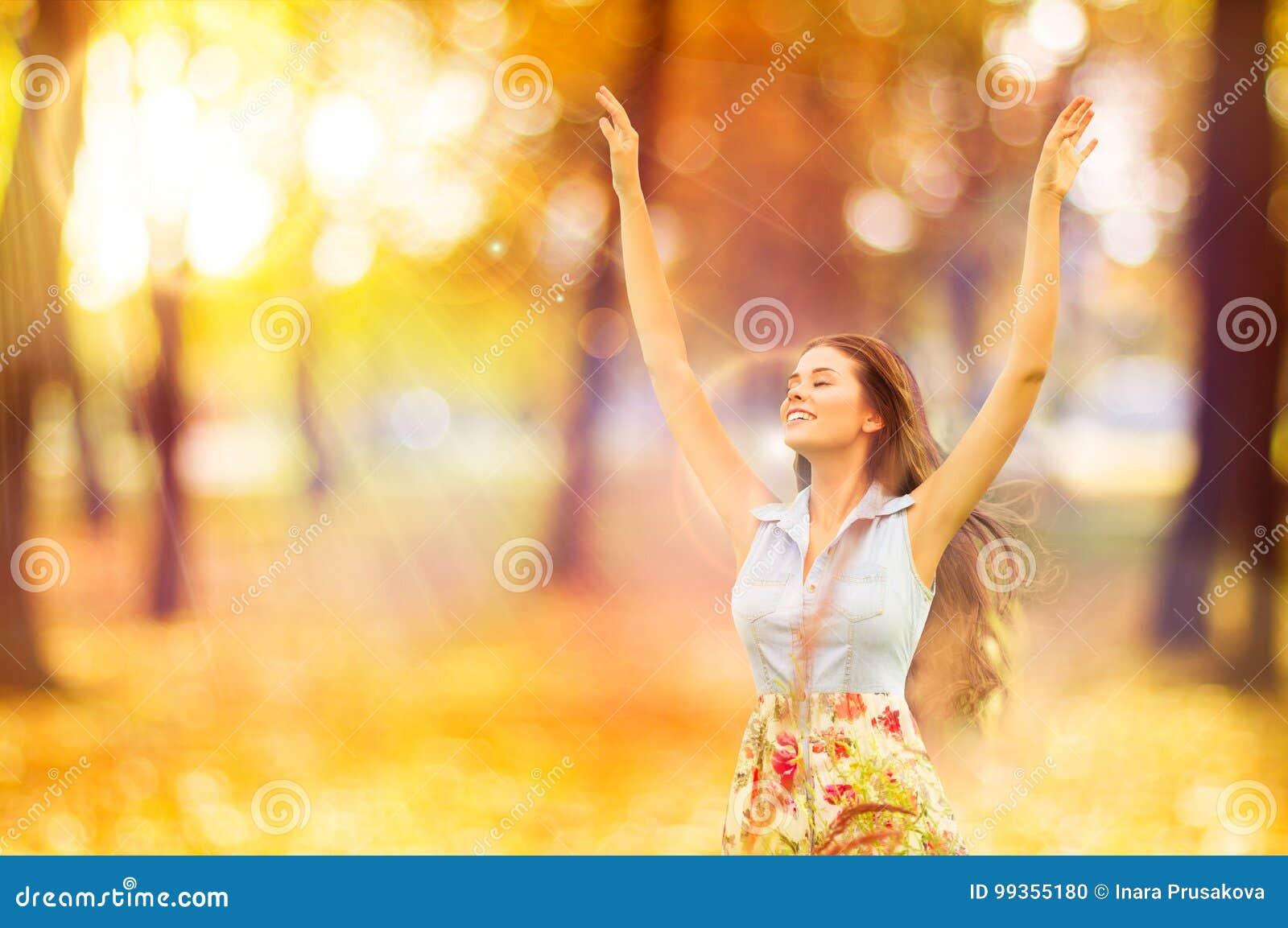 Autumn Woman, moça feliz, Open Arms modelo de flutuação no grito
