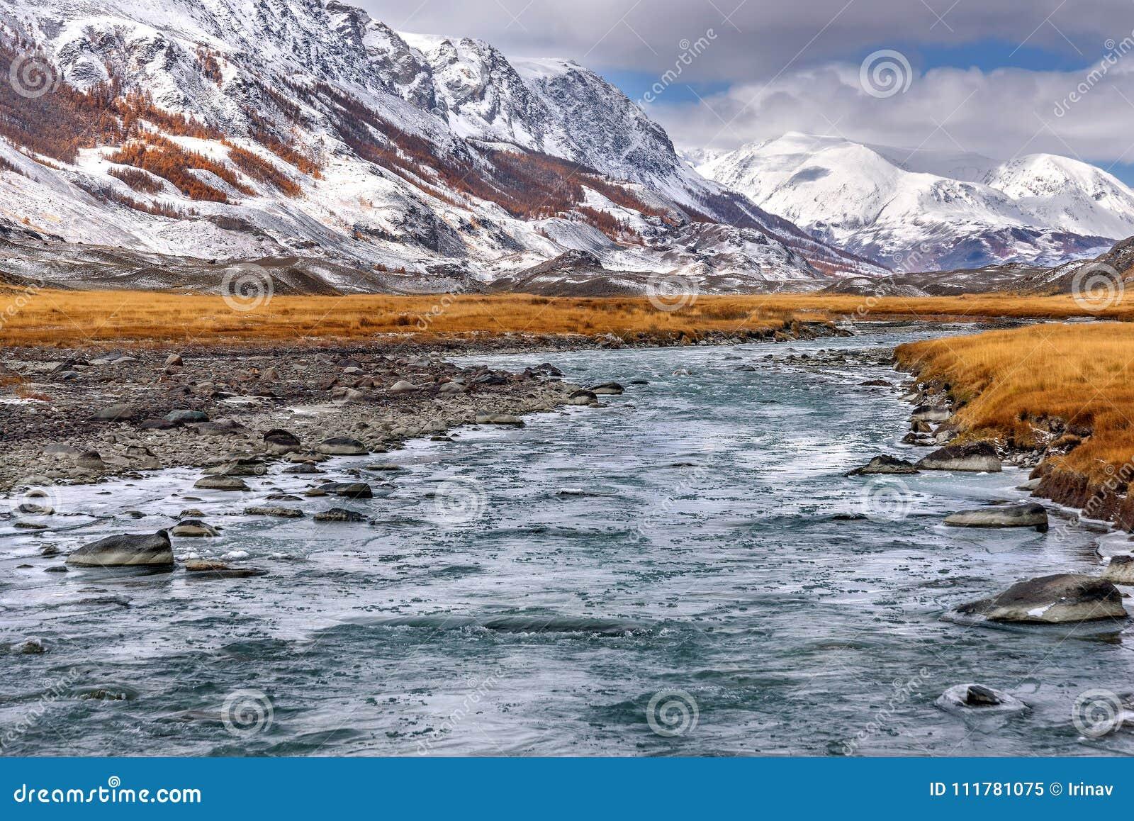 Autunno del ghiaccio della neve delle montagne del fiume