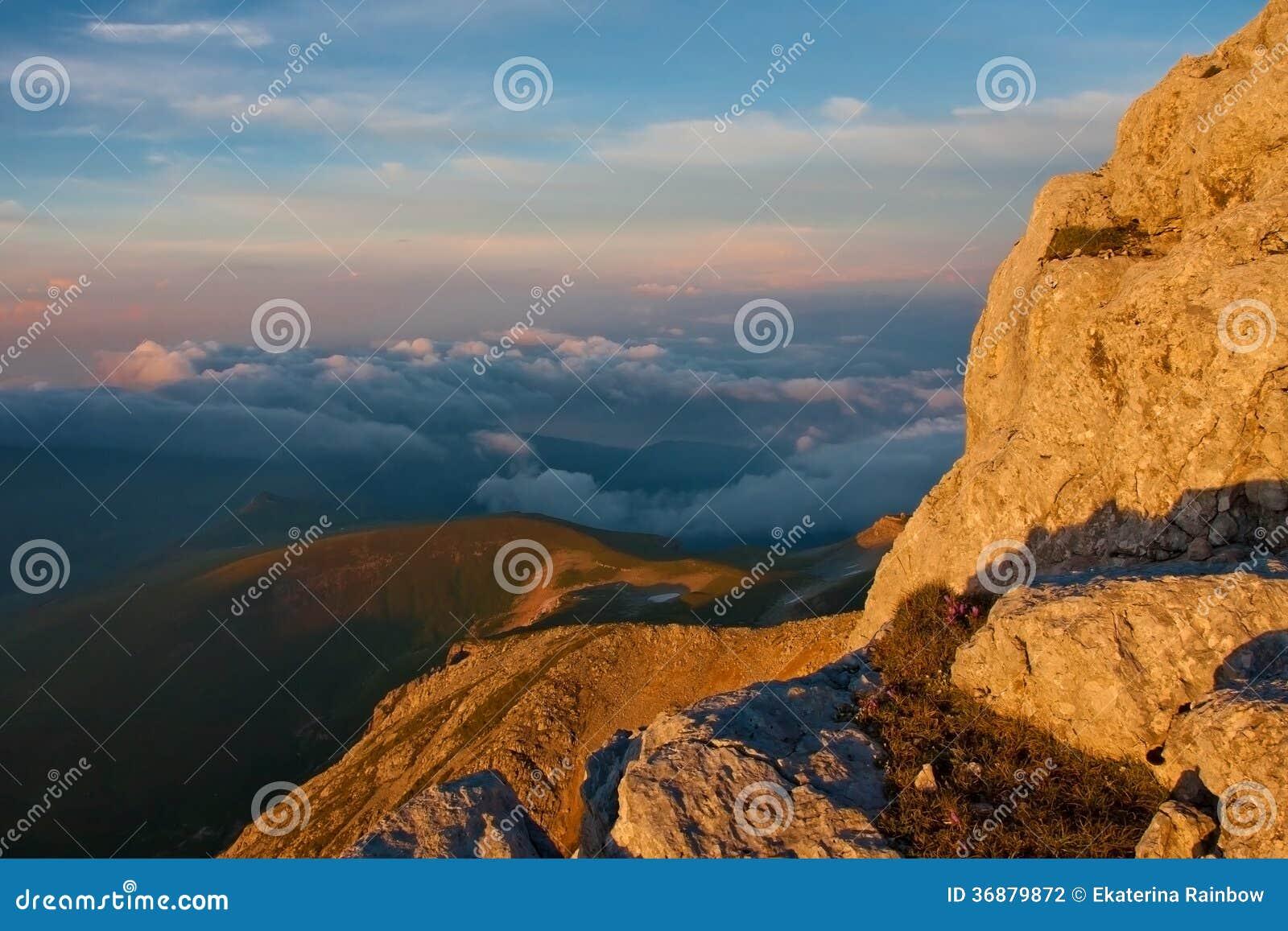 Download Autunno Di Tramonto Della Montagna Fotografia Stock - Immagine di hiking, nubi: 36879872