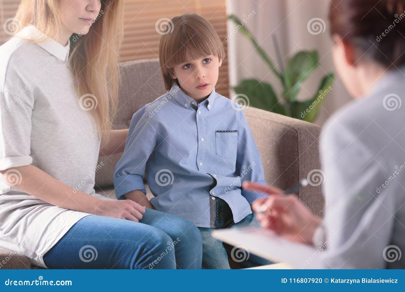 Autystyczny dziecko słucha terapeuta
