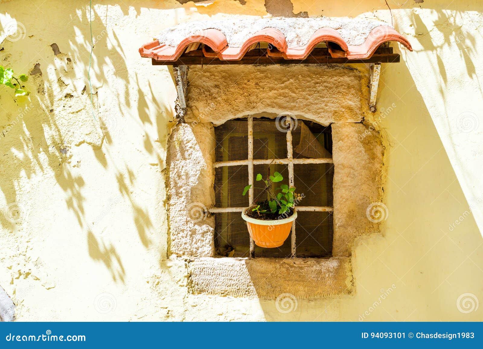 Auvent carrelé au-dessus de fenêtre Rethymno, Crète, Grèce