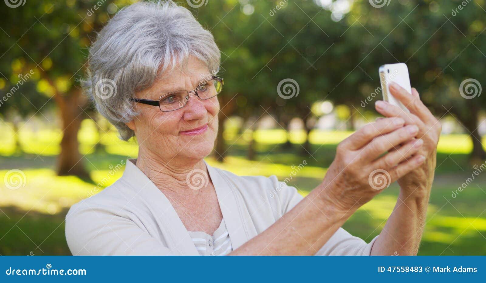Avó anca que toma selfies no parque