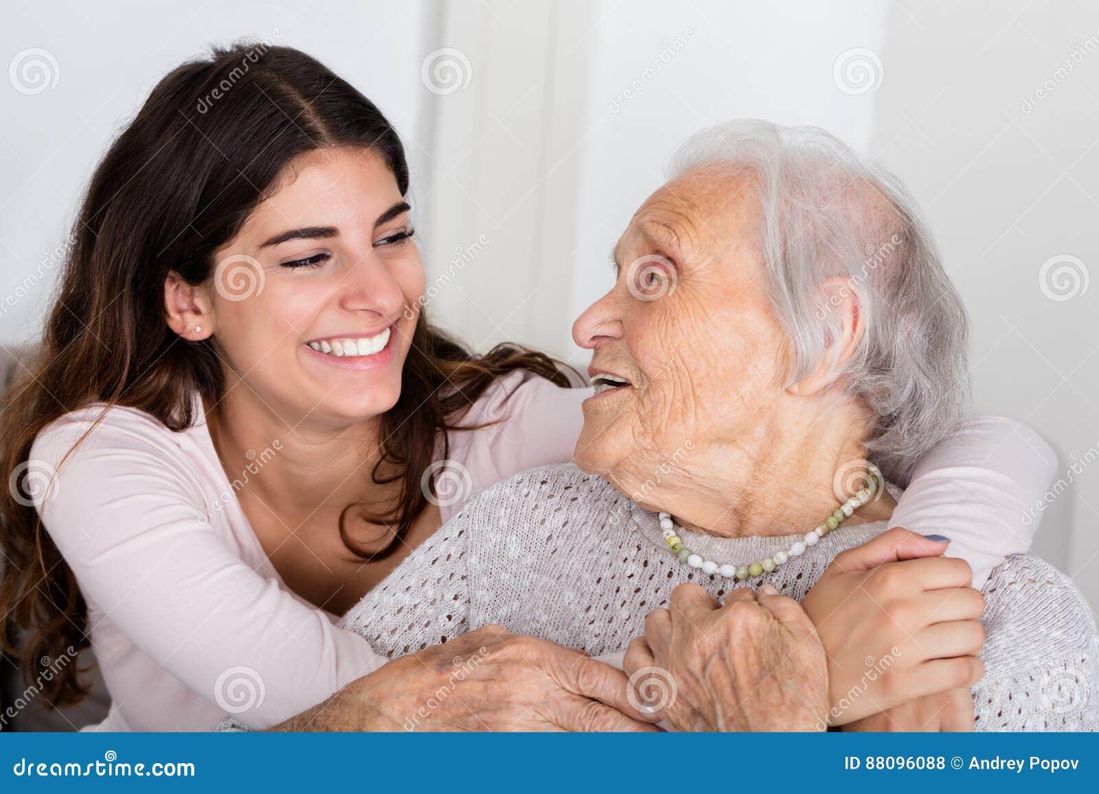 Avó e filha que abraçam-se
