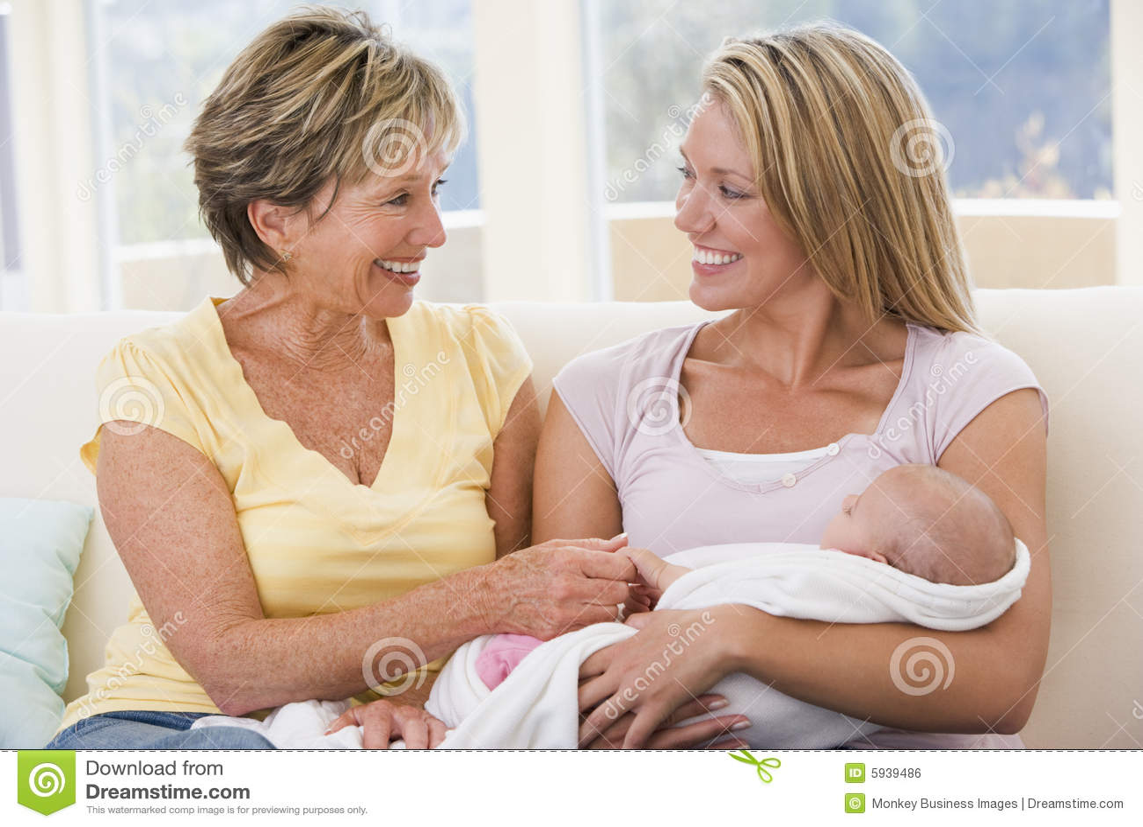 Avó e matriz na sala de visitas com bebê