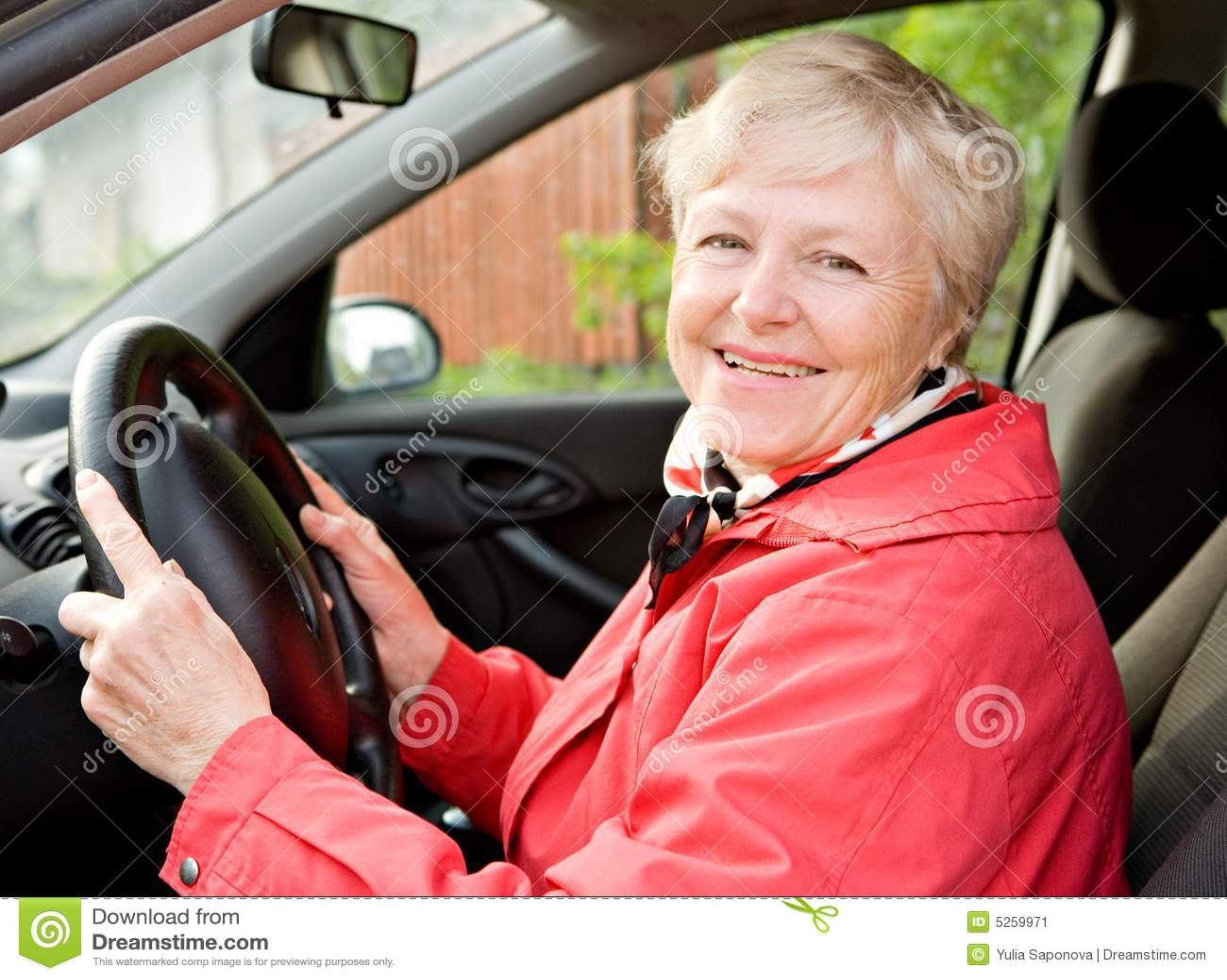 Avó em um carro