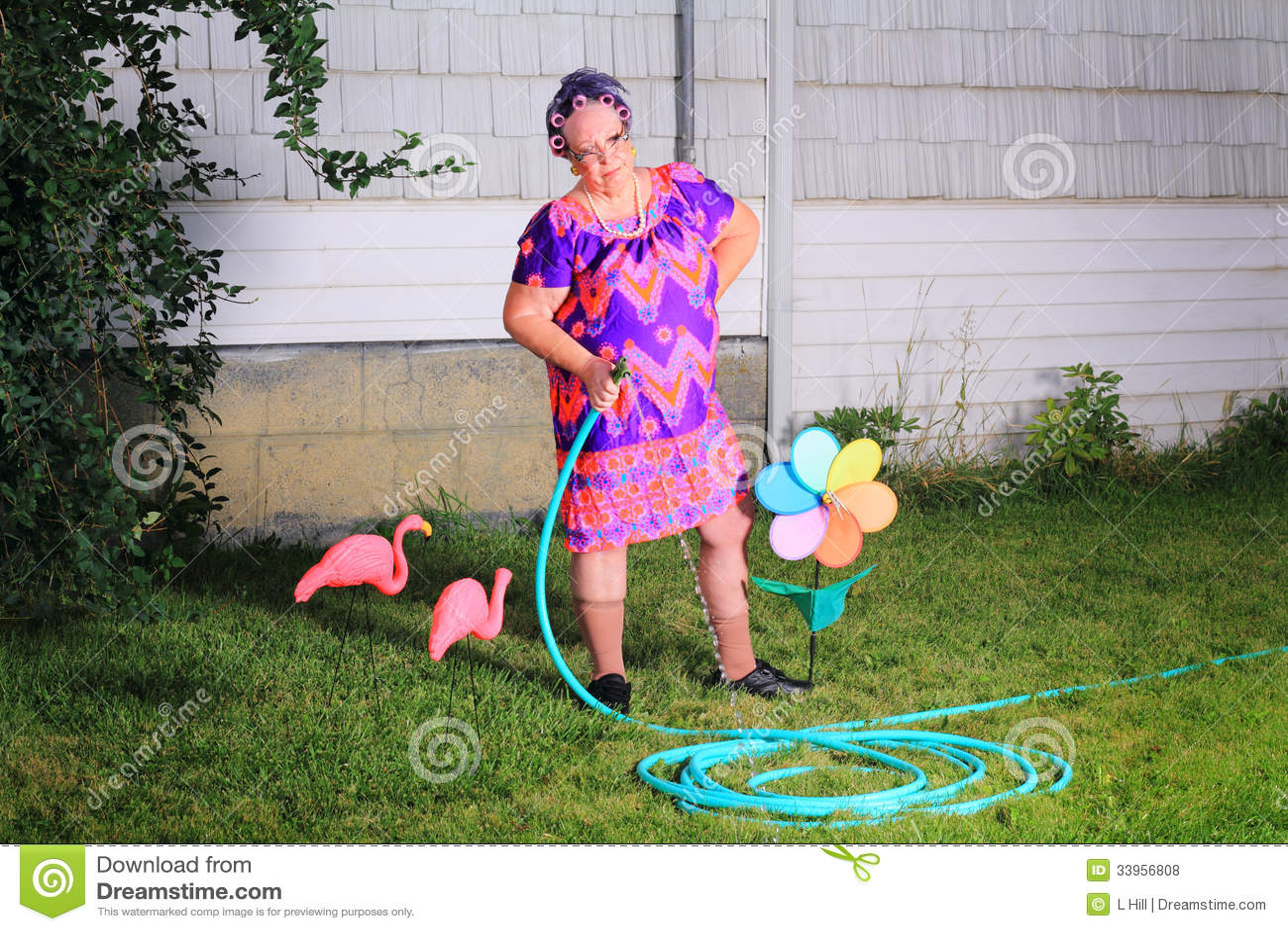 Avó mal-humorada que faz o trabalho de jarda
