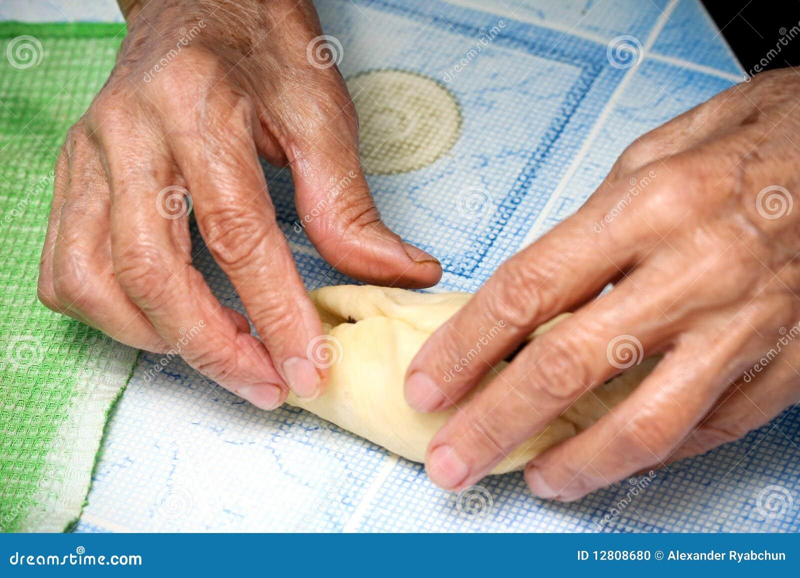 A avó prepara tortas