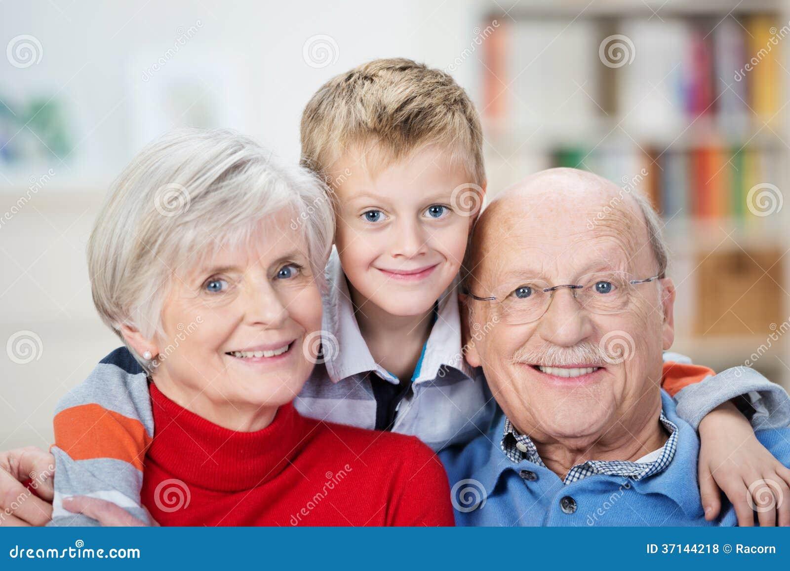 Avós e neto felizes orgulhosos