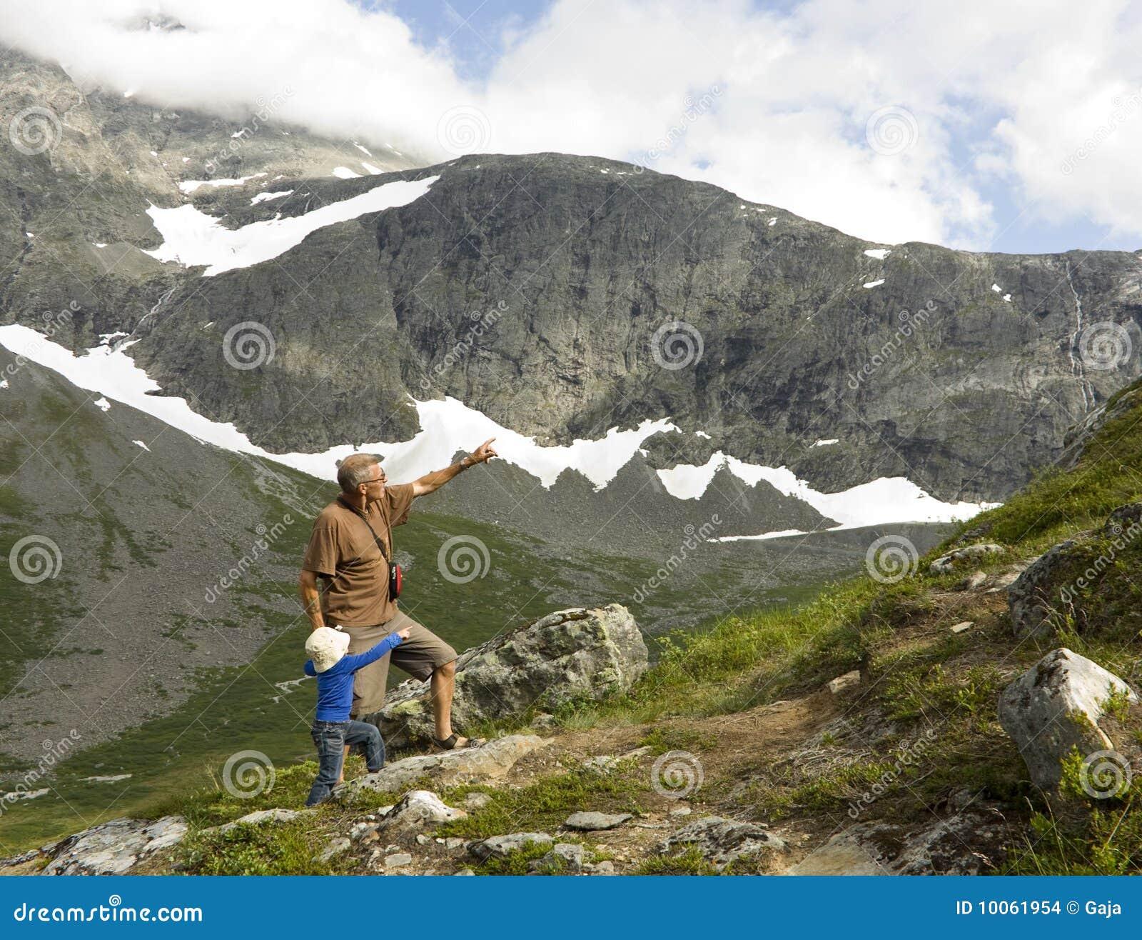 Avô e neto que trekking