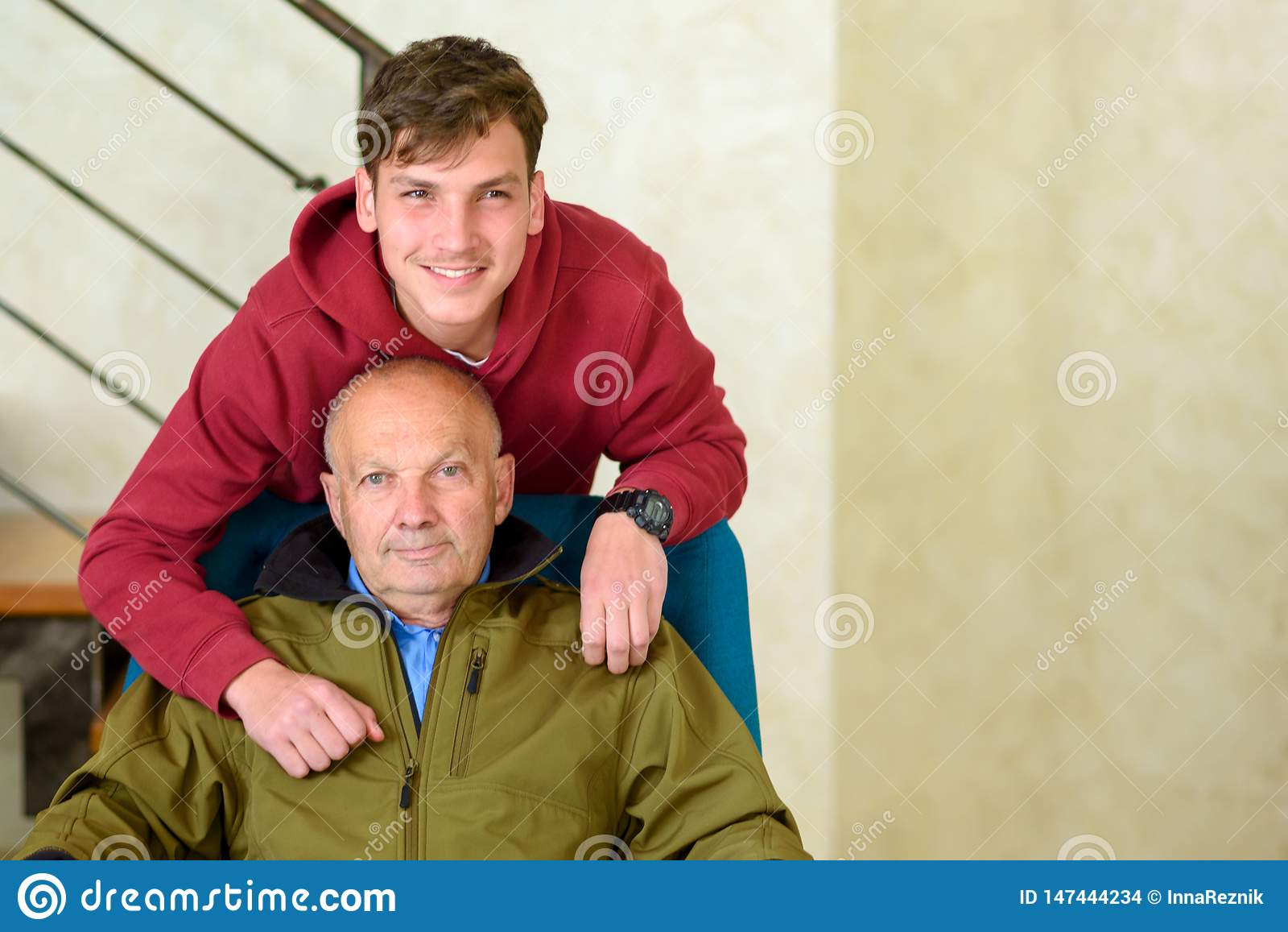 Avô e seu neto que passam o tempo junto