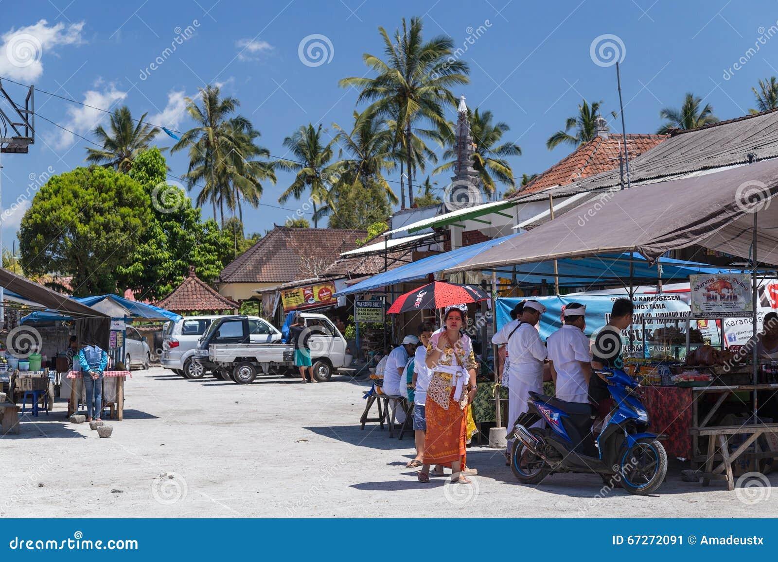 By av Besakih, Bali/Indonesien - circa Oktober 2015: Vägrenrestaurang på bymarknaden i Bali, Indonesien