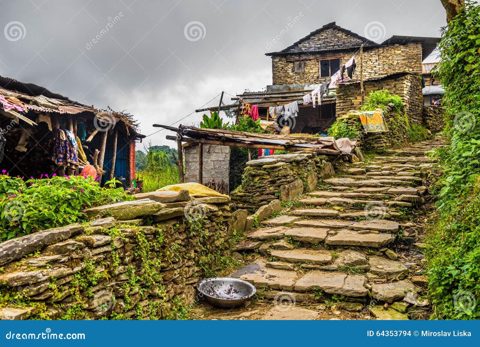 By av Dhampus i Himalayasbergen i Nepal
