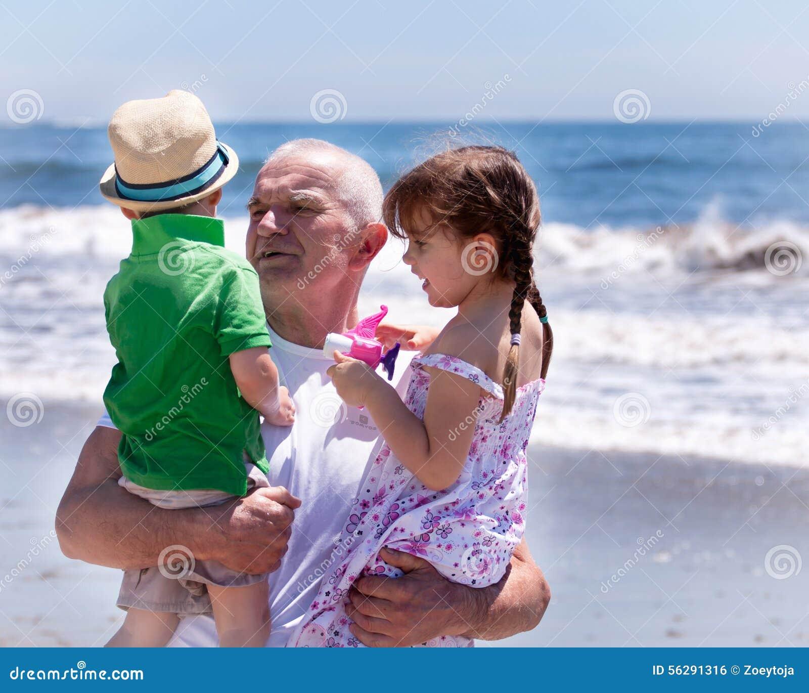 Avô que guarda seus grandkids