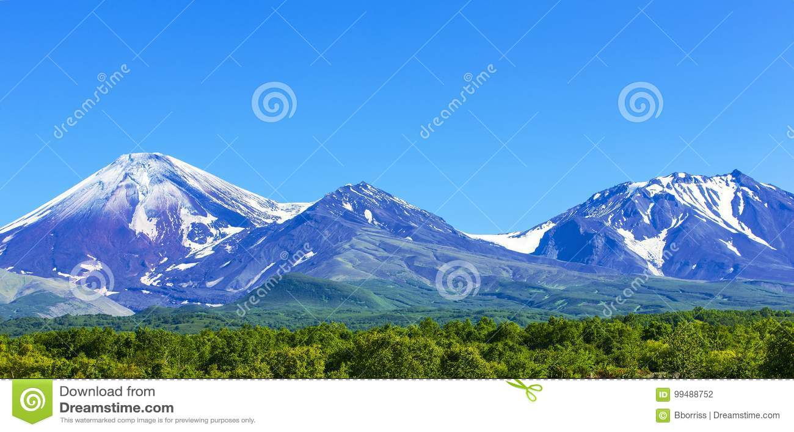 Avachinsky och Kozelsky volcanoes i Kamchatka i hösten