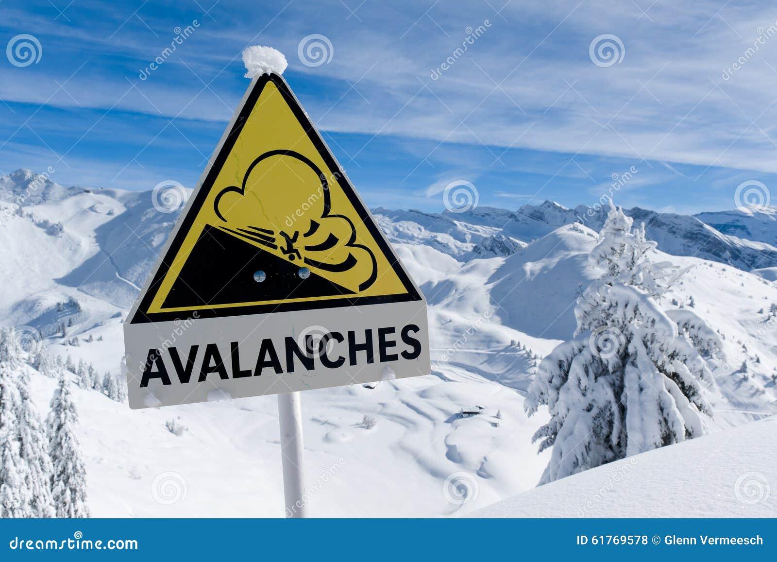 A avalancha assina dentro cumes do inverno com neve