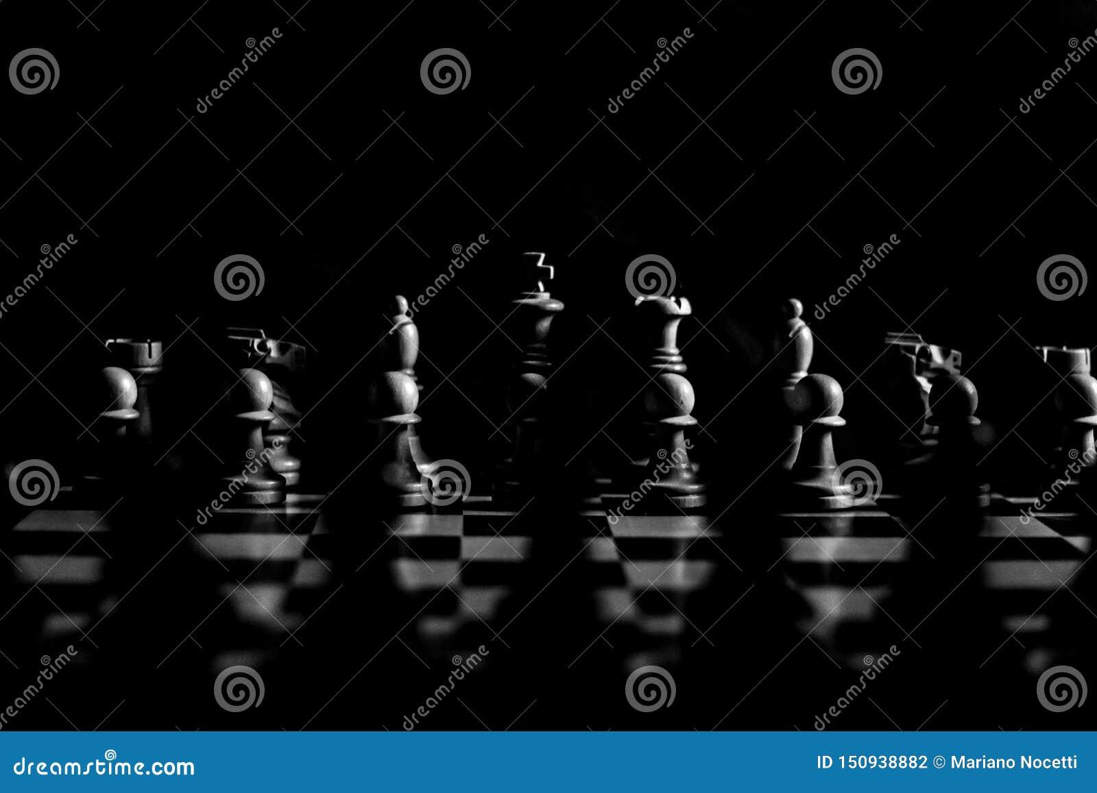 Avant bataille d échecs en noir et blanc dramatique