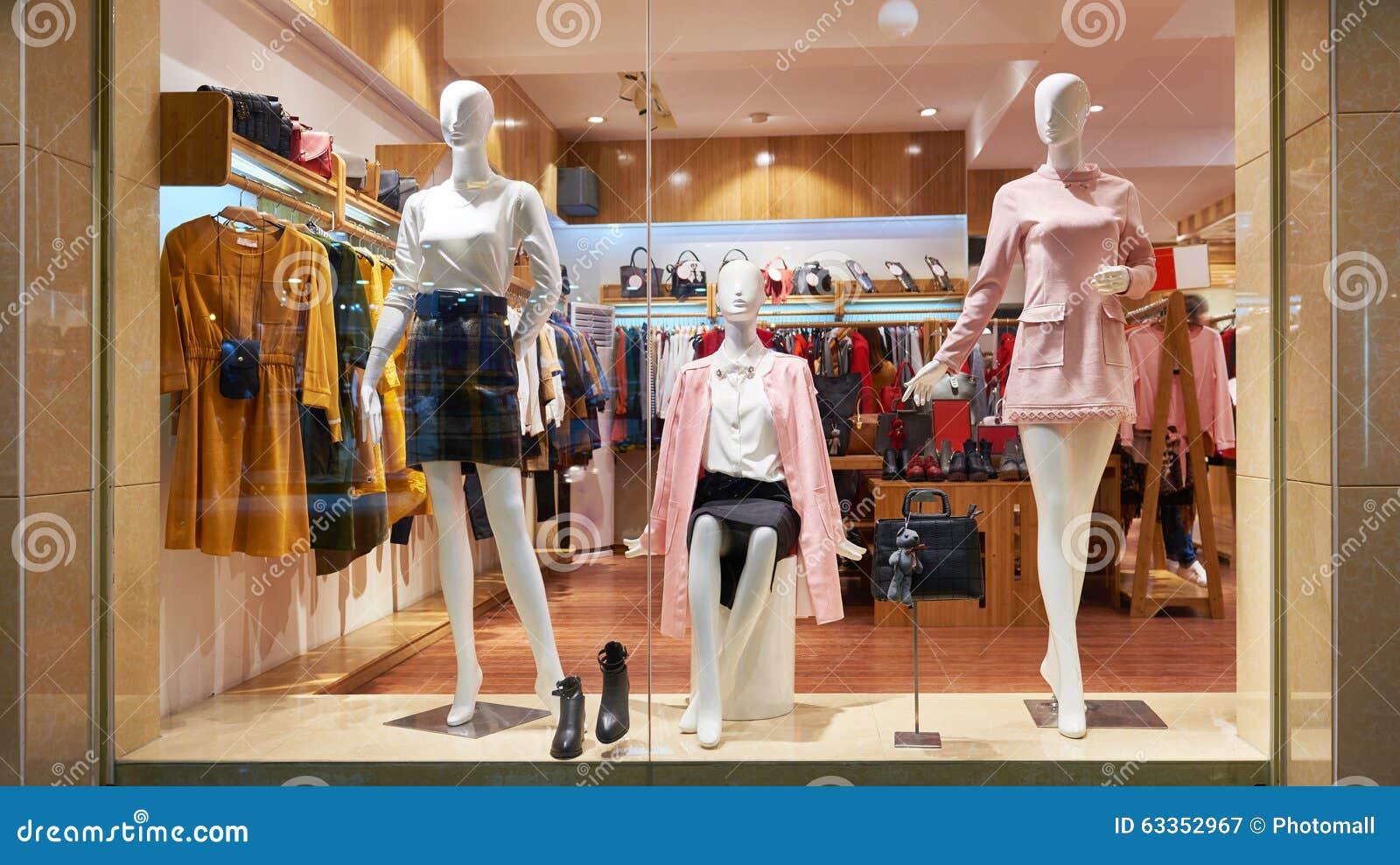 Avant de magasin d 39 habillement de fen tre de boutique de for Habillement de fenetre