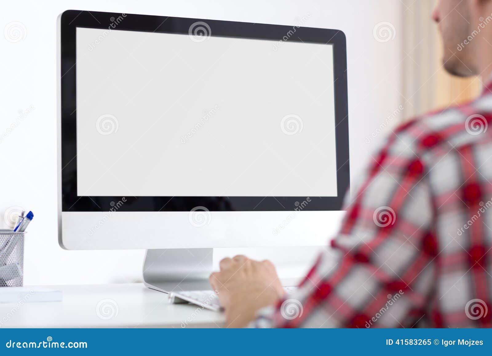 Avant de personne de moniteur d ordinateur