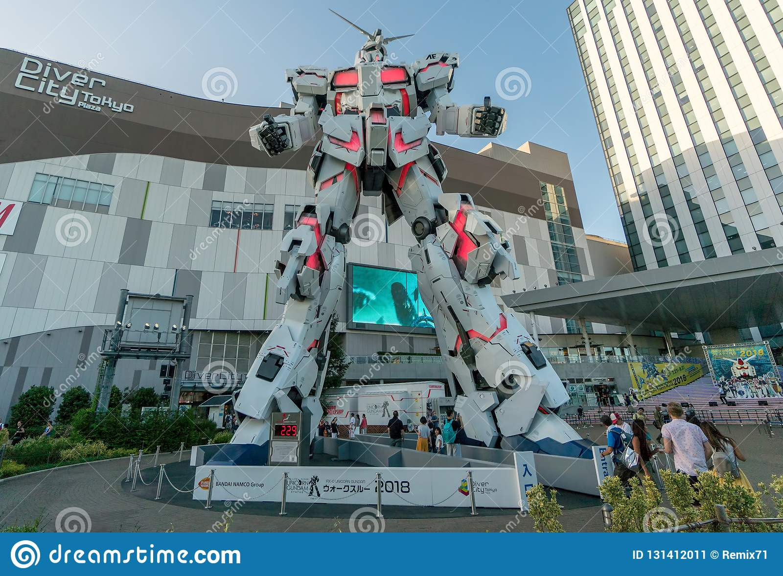 Avant debout grandeur nature de statue d Unicorn Gundam de plaza Tokyo de ville de plongeur dans Odaiba