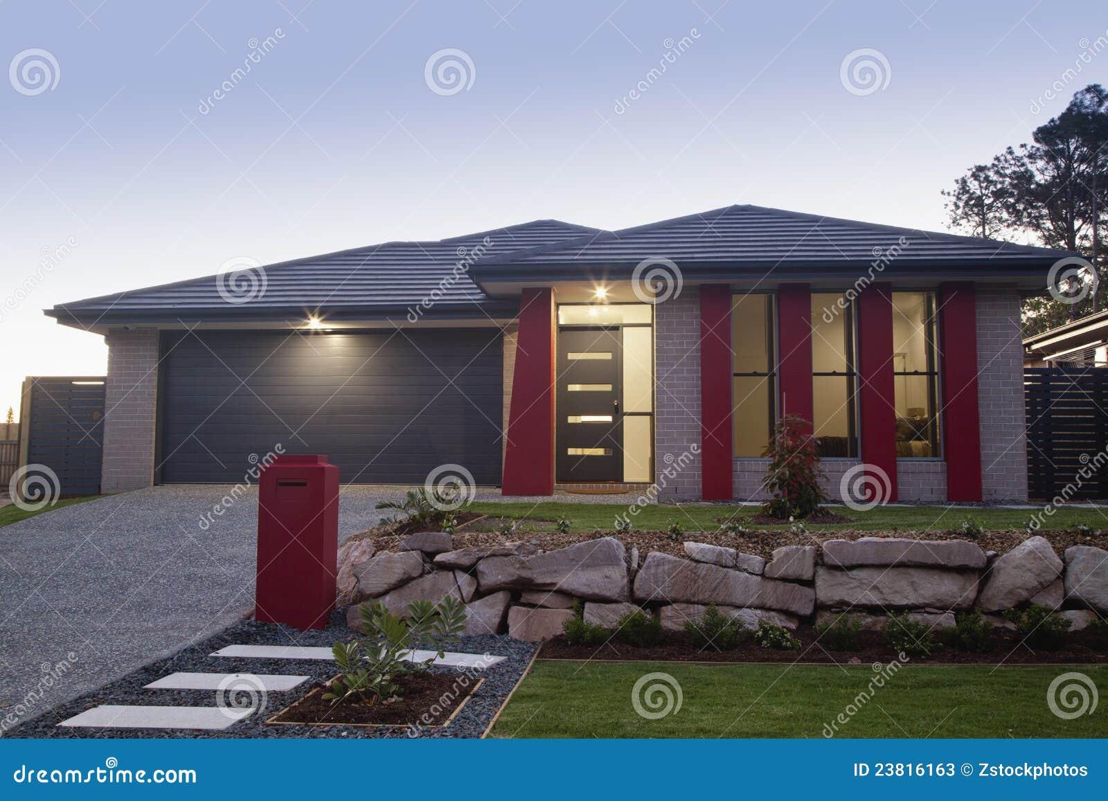 Avant suburbain de maison photos stock image 23816163 for Avant shampoing maison